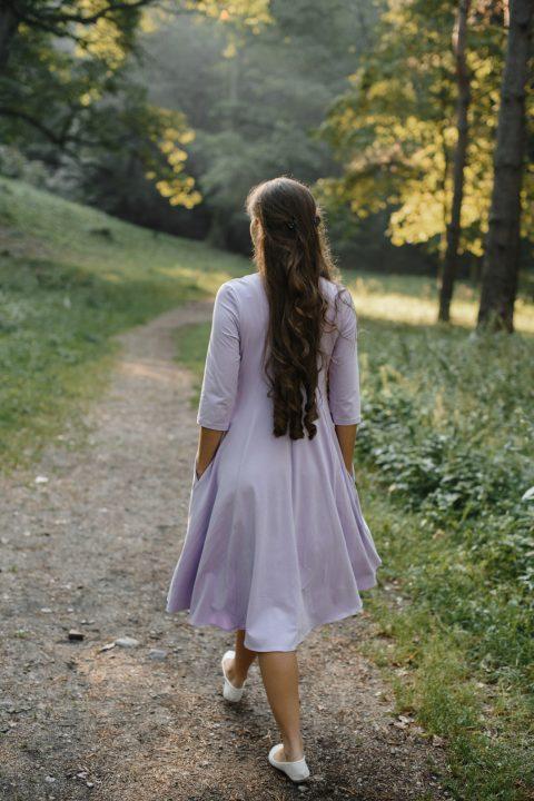 Alyvinė midi ilgio suknelė
